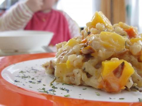 Mediteranes Kürbisrisotto mit BLW-Baby im Hintergrund, BLW-Rezept von Babyspeck & Brokkoli auf babyspeck.at