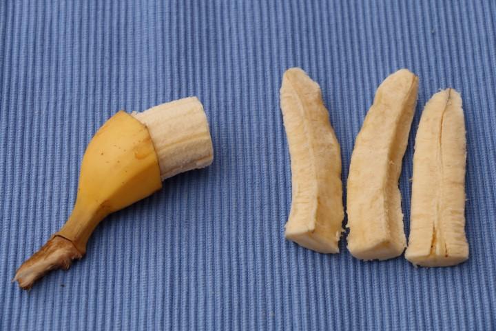 Anleitung, wie man Banane für ein Baby 6 Monate schneidet, sodass es die Banane gut festhalten kann, Babyrezept, BLW