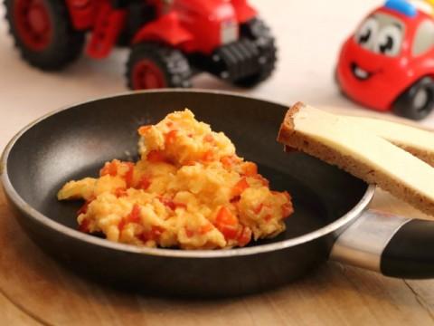 Rührei mit Paprika, Baby-Frühstücksrezept oder zum Abendessen von Babyspeck & Brokkoli auf babyspeck.at