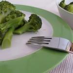 Brokkoli für BLW-Anfänger auf einem Teller, Baby led weaning Rezept von Babyspeck & Brokkoli auf babyspeck.at