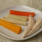 Suppenhuhn in Streifen mit Gemüsesticks für BLW-Anfänger, Baby led weaning Rezept ab 6 Monate von Babyspeck & Brokkoli auf babyspeck.at