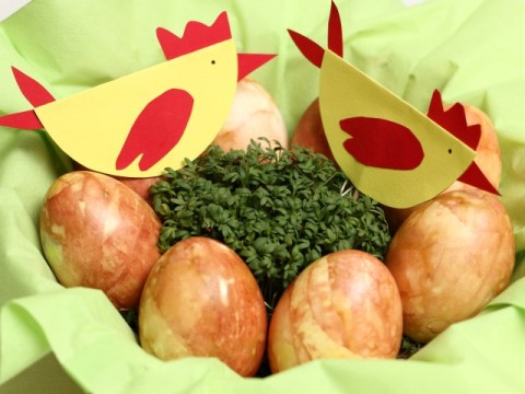 gefärbte Ostereier mit Zwiebelschale und Hühne-Osterdeko auf babyspeck.at