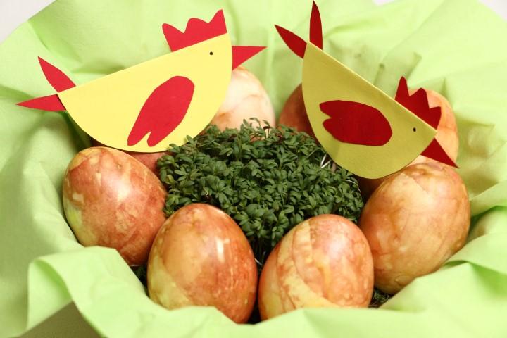 Nat rlich eier f rben mit zwiebelschalen babyspeck - Eier platzen beim kochen ...