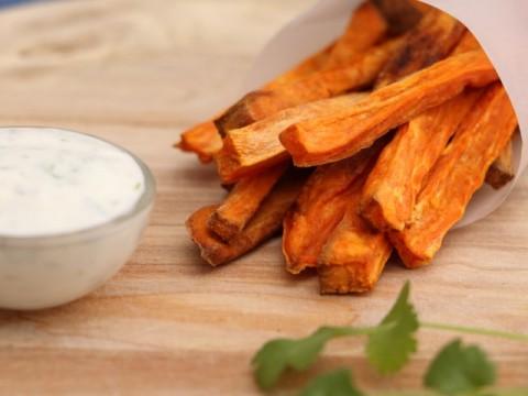 Baby led weaning Rezept für BLW-Anfänger Süßkartoffelpommes mit Joghurt-Korianderdip von Babyspeck & Brokkoli auf babyspeck.at