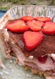 Hier sieht man die Schichten des Erdbeer-Tiramisus für Babys: Vollkornbiskotten, Erdbeer-Bananen-Mascarponecreme und frische Erdbeeren.
