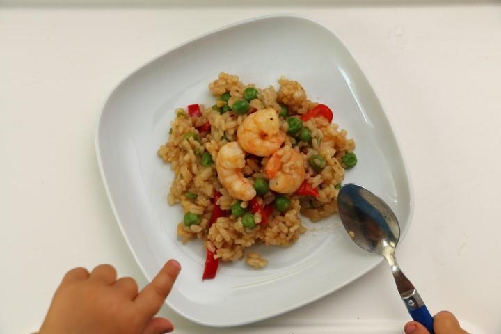 Baby led weaning Rezept für Gebratenen Reis mit Garnelen. Asiatisches Reisgericht mit Erbsen, Paprika und Shrimps für Babys und die ganze Familie
