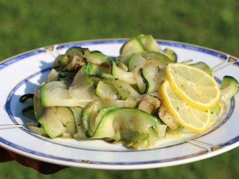 Sommerliches Baby led weaning Rezept für Salat aus gegrillten Zucchini von Babyspeck & Brokkoli auf babyspeck.at