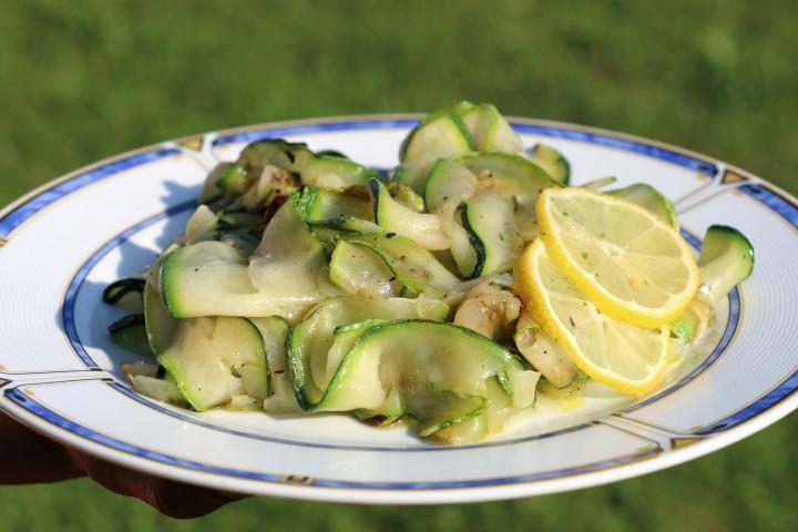 BLW- Rezept für Salat aus gegrillten Zucchini mit Olivenöl und Zitronensaft, Sommerrezept für Babys ab 6 Monaten