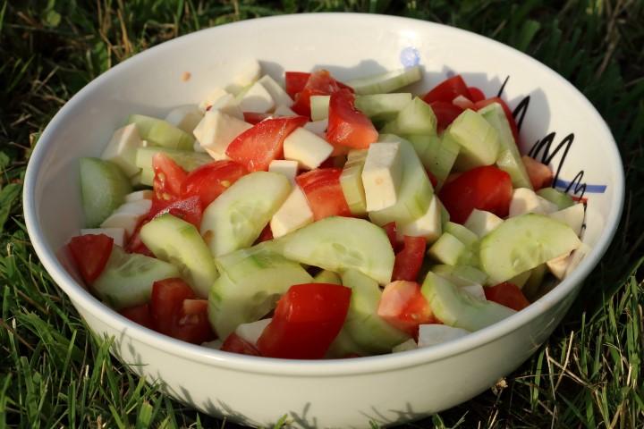 Baby led weaning Rezept für einfachen Sommersalat aus Tomaten, Gurken und Mozzarella auf babyspeck.at