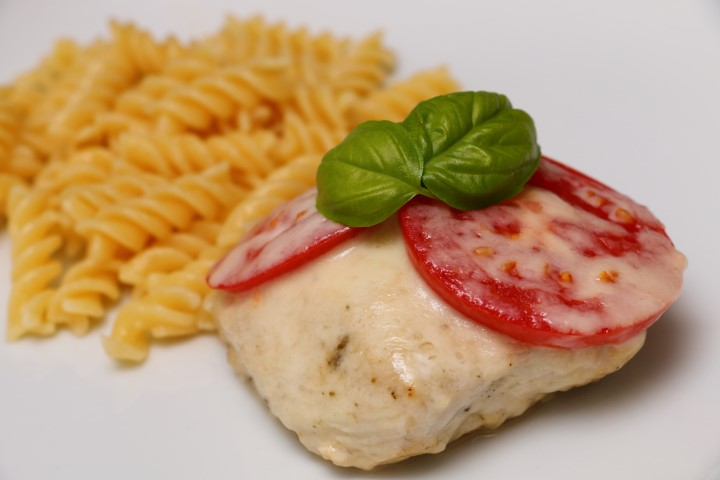 BLW-Rezept für Putensteaks caprese mit Tomaten, Mozzarella und Basilikum auf babyspeck.at