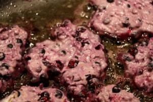 Baby led weaning Rezept für Schwarzbeernocken auf babyspeck.at, Laibchen mit Waldheidelbeeren für Babys und Kleinkinder