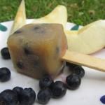Das Apfelmus-Heidelbeereis von babyspeck.at wird mit ungezuckertem Apfelmus und Waldheidelbeeren gemacht und ist für Babys ab 6 Monaten geeignet.