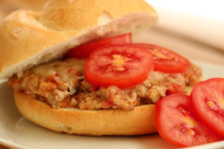 BLW-Rezept für Fleischsemmel auf babyspeck.at, Sloppy Joes mit Faschiertem (Hackfleisch) und Tomaten, Babyrezept für Resteverwertung