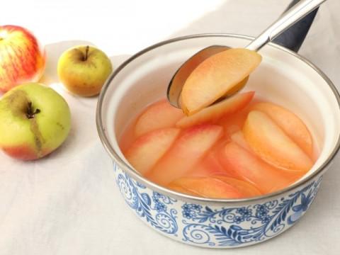 Babyrezept für BLW-Anfänger Apfelkompott ohne Zucker auf babyspeck.at.