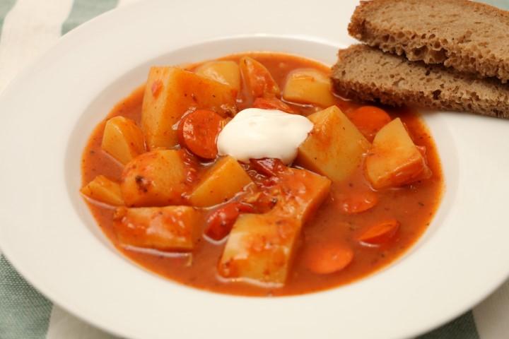 BLW-Rezept für Erdäpfelgulasch auf babyspeck.at, Babygerechtes Kartoffelgulasch mit frischen Tomaten und Würsteln, Baby led weaning