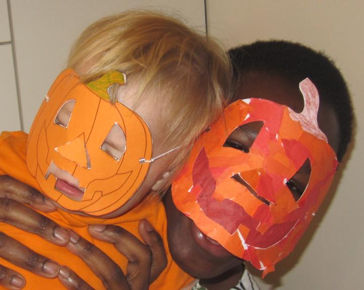 Bastelrezept für Halloweenmaske auf babyspeck.at. Kürbismaske für Halloween zum Basteln mit Kleinkindern