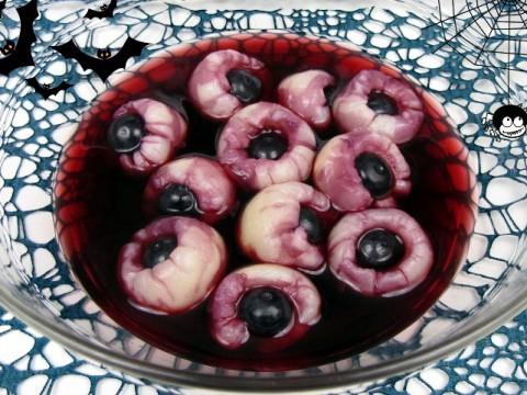 Halloween-Rezept für Augapfel-Bowle auf Babyspeck & Brokkoli - Litschi mit Heidelbeeren in Kirschsaft mit Spinnen und Fledermäusendeko