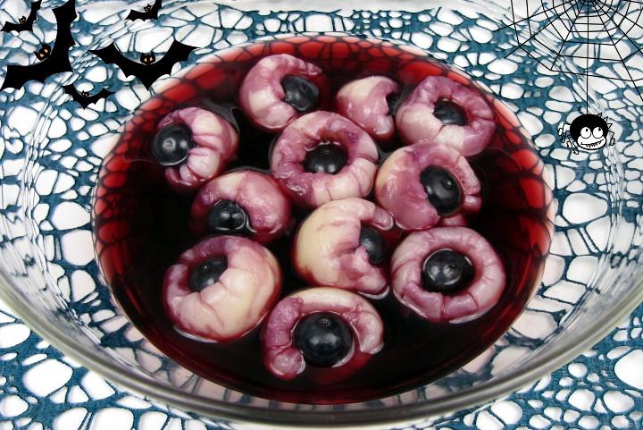 Halloween-Rezept für Augäpfel-Bowle auf Babyspeck & Brokkoli - Litschi mit Heidelbeeren in Kirschsaft mit Spinnen und Fledermäusendeko