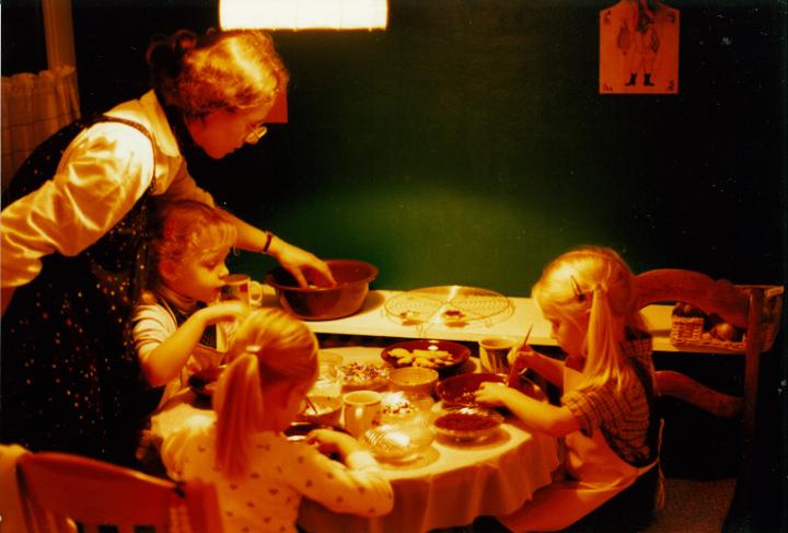 Plätzchen backen. Das schönste an Weihnachten? Die Vorfreude. Weihnachtliche Kindheitserinnerungen am 13. Dezember im Adventkalender von Babyspeck & Brokkoli auf babyspeck.at. Gastbeitrag von Die Kuckucks.
