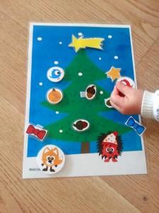Bastelanleitung für DIY Weihnachtsbaum mit Klettverschluss-Weihnachtsschmuck am 20. Dezember im Adventkalender von Babyspeck & Brokkoli auf babyspeck.at, Gastbeitrag von Monstamoons. Kleinkind beim Dekorieren.