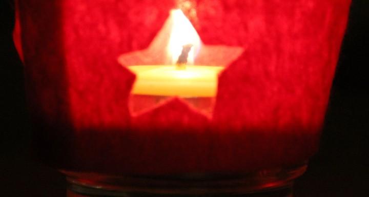 Bastelanleitung buntes Teelicht am 15. Dezember im Adventkalender von Babyspeck & Brokkoli auf babyspeck.at. Gastbeitrag von Anna Pollack. Bild 17 von 17