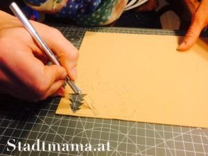 Tannenbäume ausschneiden. Bastelanleitung Geschenkspapier bedrucken am 8. Dezember im Adventkalender von Babyspeck & Brokkoli. Gastbeitrag von Stadtmama.at,
