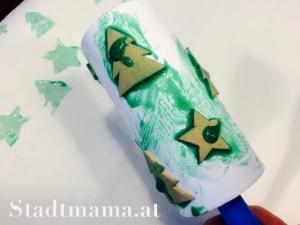 Tannenbaumwalze mit Farben. Bastelanleitung Geschenkspapier bedrucken am 8. Dezember im Adventkalender von Babyspeck & Brokkoli. Gastbeitrag von Stadtmama.at,