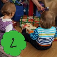 Wie überlabt man Weihnachten mit Kleinkind - Tipps für Advent mit Kindern, 2 Kinder beim Geschenkeöffnen