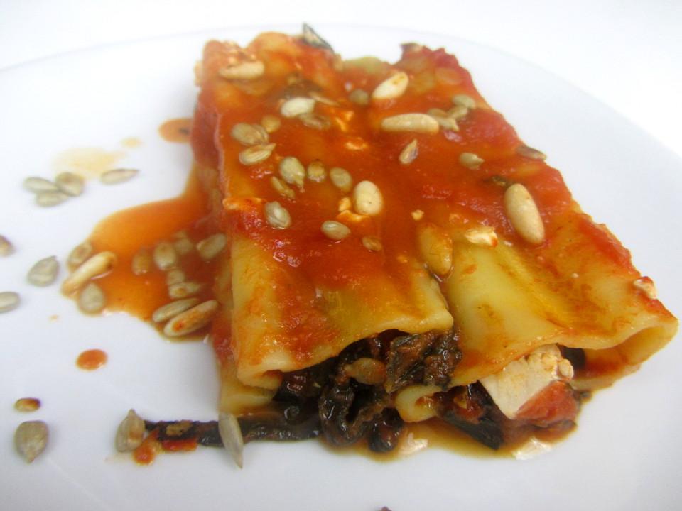 Vegetarisches Babyrezept für Cannelloni mit Mangold-Tofu-Füllung auf babyspeck.at. Garniert mit Sonnenblumenkernen und Pinienkernen.