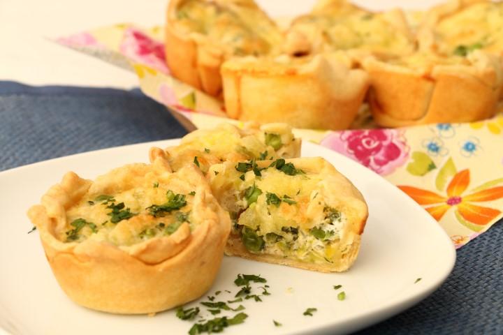 Mini-Quiches mit Erbsen und Lauch auf babyspeck.at, Kleine Gemüsekuchen aus Mürbteig mit herzhafter Fülle, in Muffinformen gebacken
