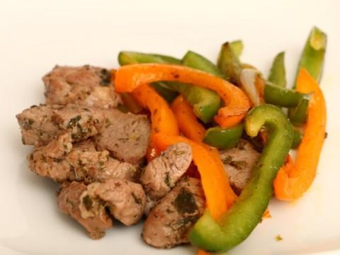 Baby led weaning Kräuterfleisch mit Paprika, schnelles sommerliches Fleischgericht