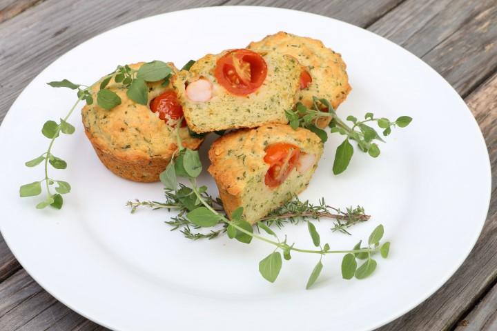 Kräutermuffins mit Garnelen und Tomaten (babyspeck.at), BLW-Rezept für Muffins mit gemischten Kräutern, Shrimp und Cocktailtomate