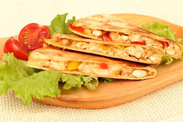 Quesadillas mit Hendl und Paprika, Mozzarella und Frischkäse auf babyspeck.at