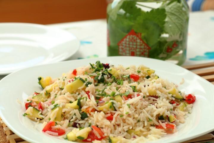 Einfacher Gemüsereis mit Zucchini und Tomaten auf babyspeck.at